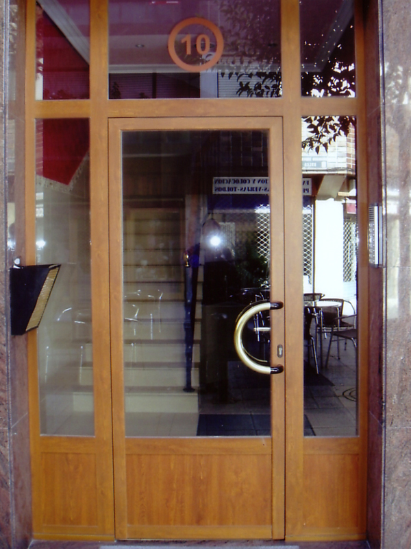 Puertas de portal carpinteria de aluminio urbi s l for Puertas osciloparalelas